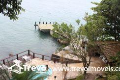 Linda-casa-costeira-com-pier-em-Ilhabela