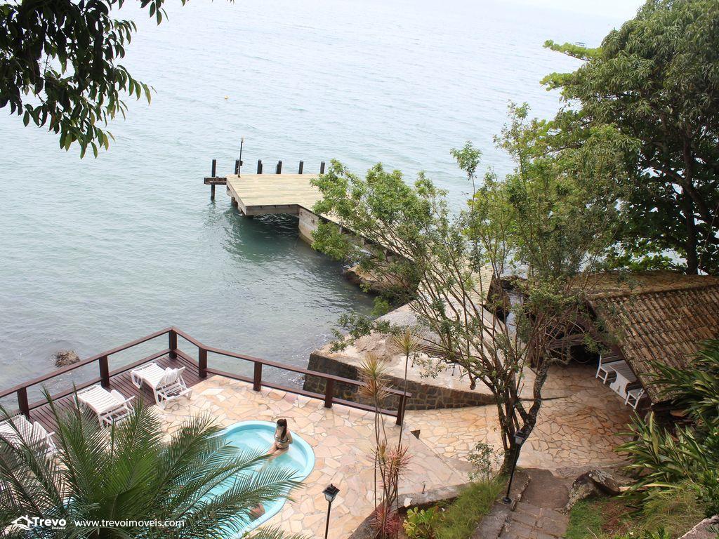 Linda casa costeira com pier em Ilhabela