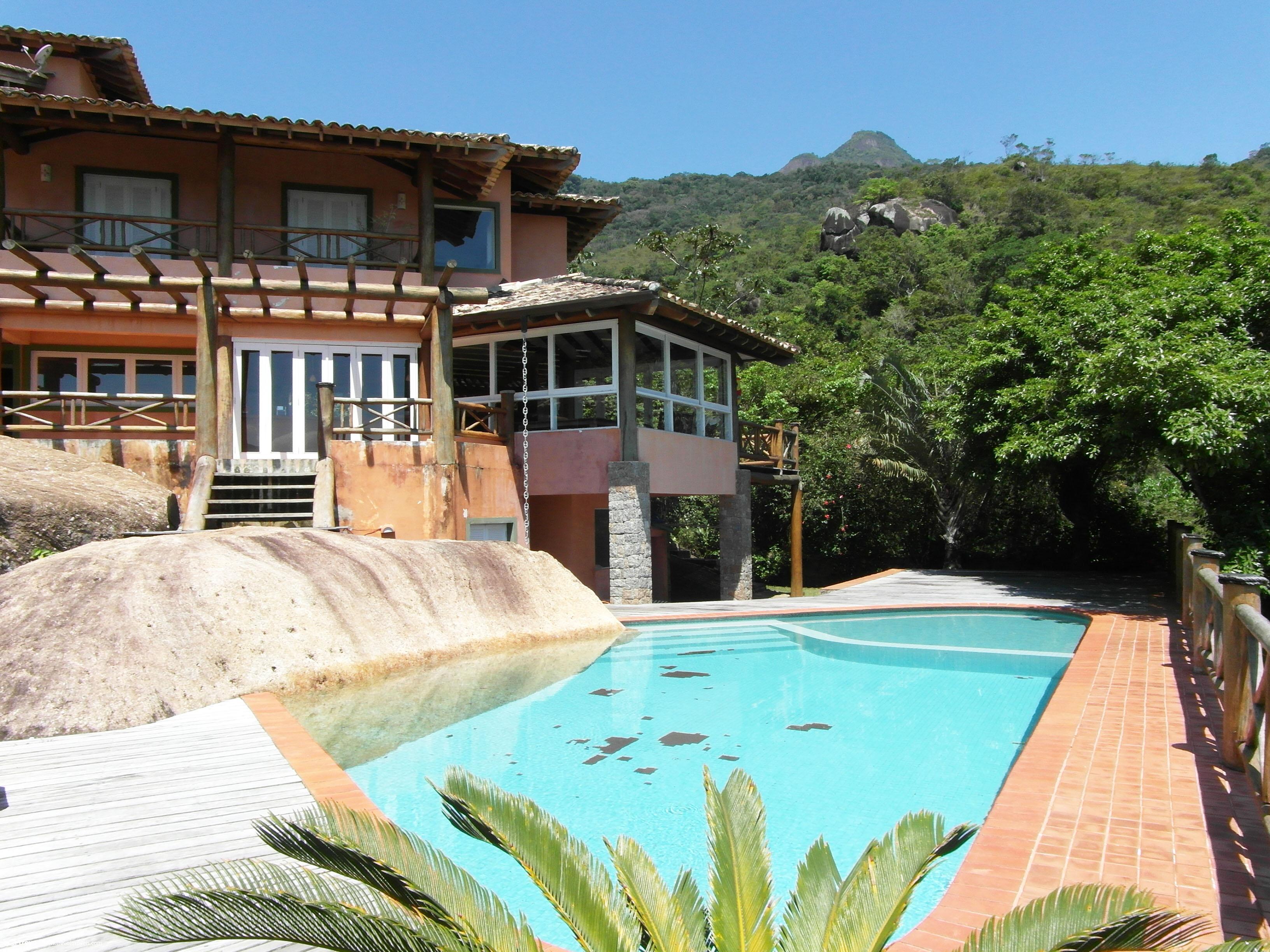 Linda casa em condomínio com vista para o mar em Ilhabela