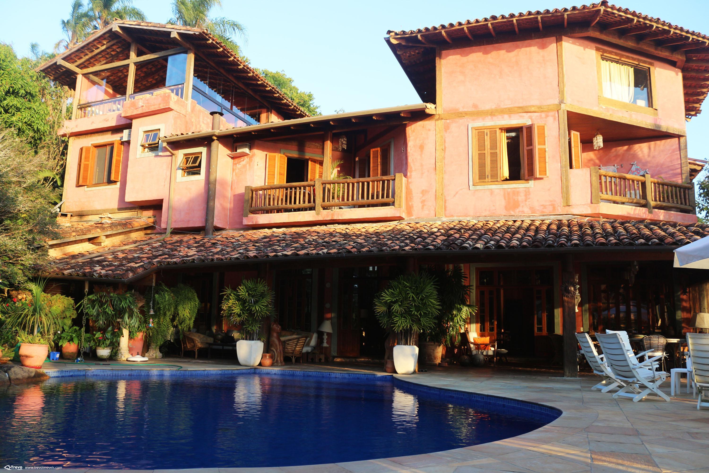Casa de alto padrão na costeira com pier em Ilhabela